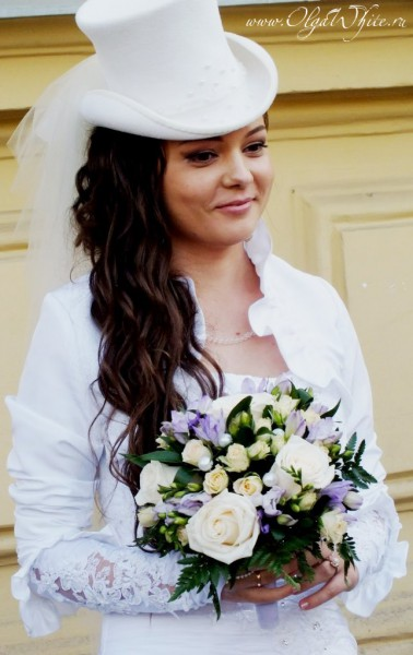 Белый свадебный цилиндр с фатой для невесты