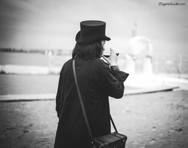Шляпа цилиндр на Кате Стул.<span style=