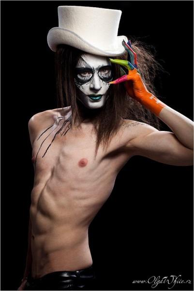 Белая мужская шляпа-цилиндр. Фотосессия на вечеринку Halloween-бодиарт с черепом