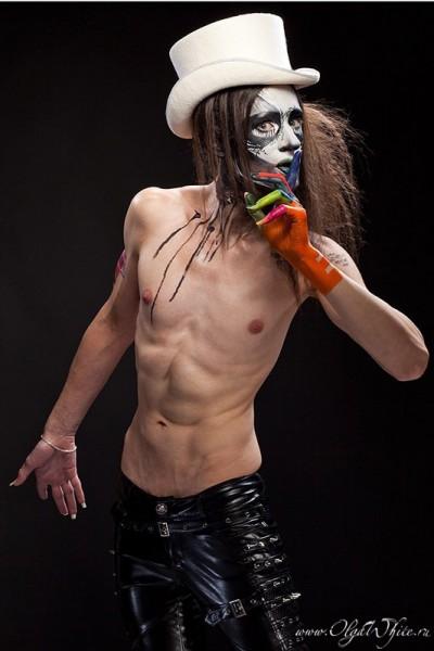 Белый мужской цилиндр - шляпа. Фотосессия на Halloween - бодиарт с черепом