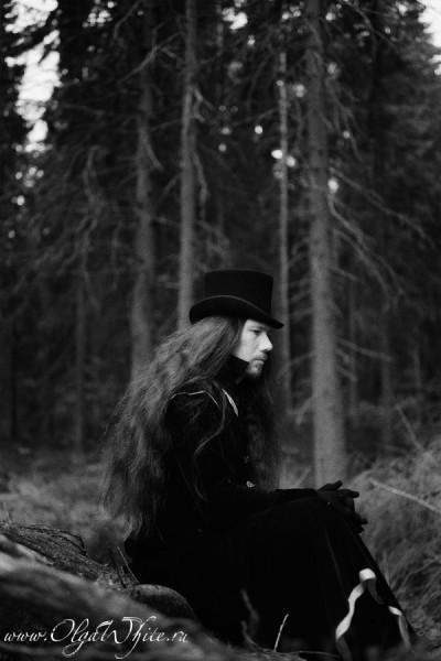 Черный цилиндр, длинный плащ, трость и перчатки