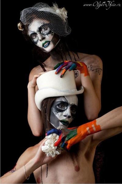 Готическая-стимпанк свадебная фотосессия с бодиартом -черепами и шляпами. Белый мужской цилиндр и шляпка-таблетка с вуалью