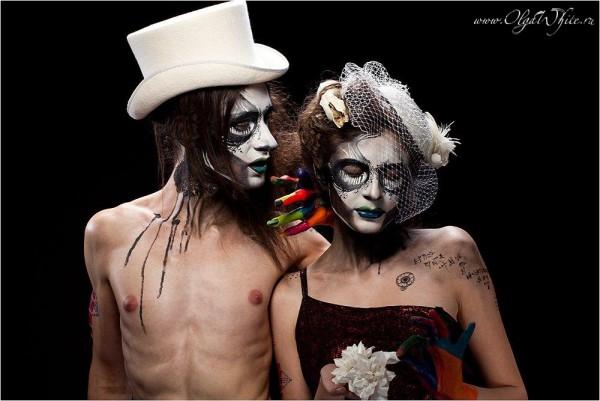 Готическая-стимпанк свадебная фотосессия. Белый мужской цилиндр и шляпа-таблетка для невесты