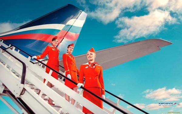 Стюардессы Аэрофлота в шляпках-пилотках на трапе самолета