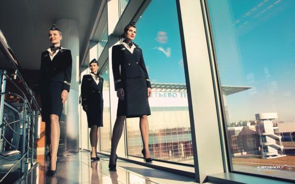Фото стюардесс в шляпках-пилотках в аэропорту