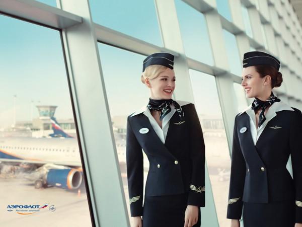 Фото стюардесс в темно-синей шляпке пилотке в аэропорту