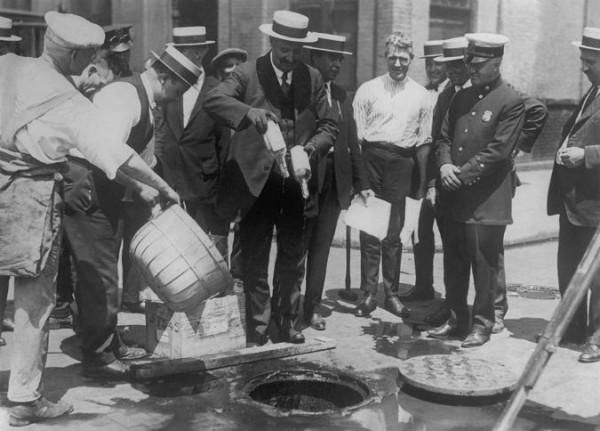 Полиция сливает алкоголь в канализацию