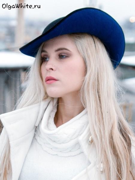 Черная синяя фетровая женская шляпа купить к белому пальто