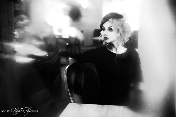 Женский черный берет - фотосессия в ретро-стиле