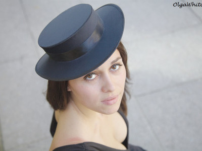 Черная шляпка с прямыми полями аля канотье в стиле Коко Шанель