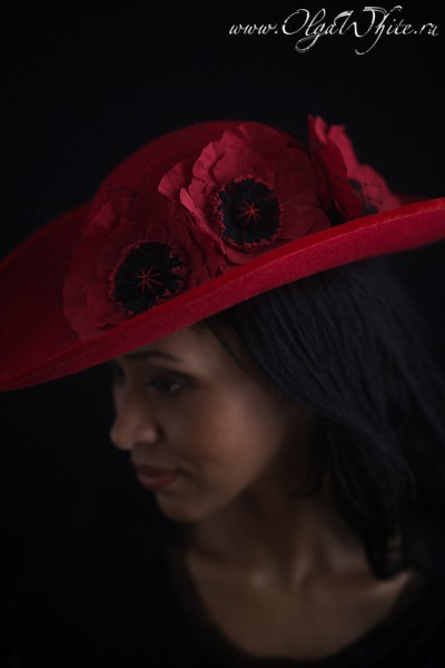 Красная широкополая шляпа с цветами