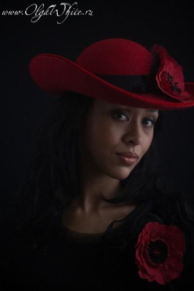 Красная широкополая фетровая шляпа с маками