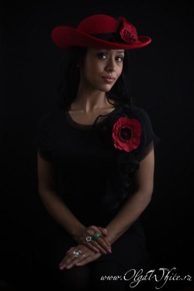 Красная широкополая шляпа с цветами: маки