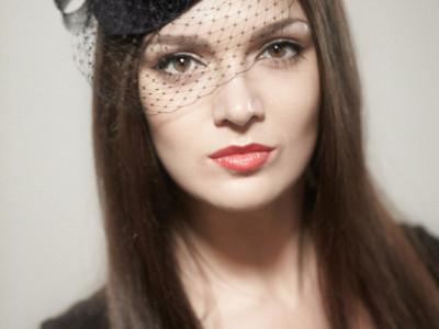 Черная шляпка-таблетка с вуалью