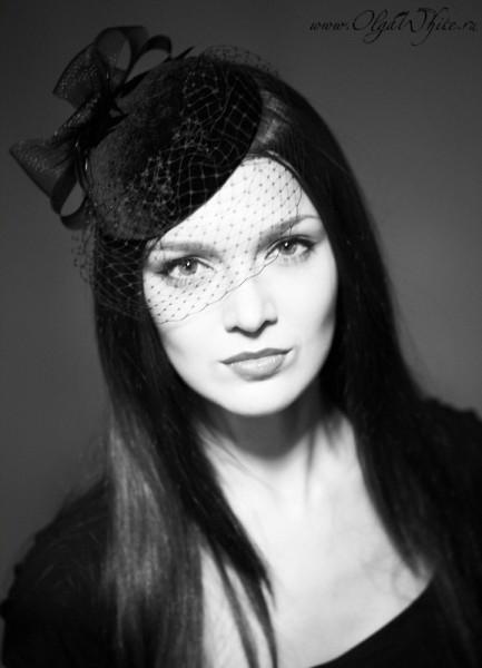 Маленькая черная шляпка-таблетка с вуалью в ретро-стиле