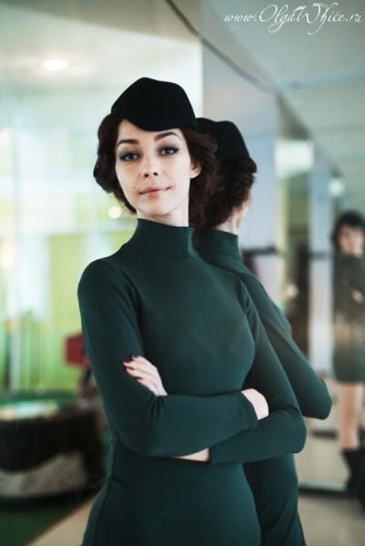 Маленькая черная шляпка-пилотка с зеленым платьем