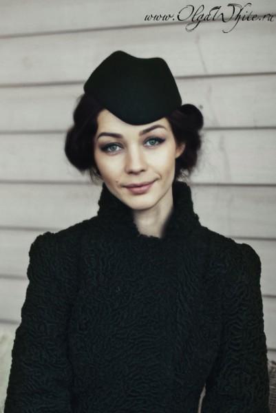 Маленькая черная шляпка-пилотка - носить с пальто или шубкой