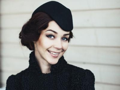 Маленькая черная женская шляпка-пилотка