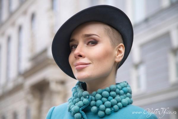 Серая дизайнерская фетровая шляпа с небольшими полями