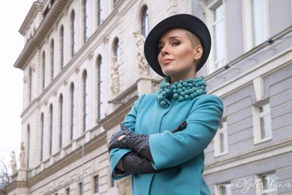 Серая женская дизайнерская шляпка с небольшими полями