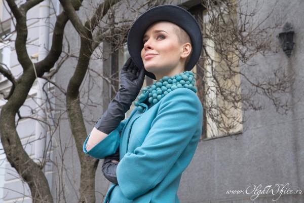 Серая женская фетровая шляпка с небольшими полями