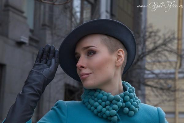 Серая женская фетровая шляпа с небольшими полями