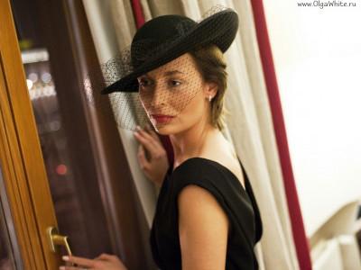 Женственная фетровая широкополая шляпа. Черная и белая шляпа с вуалью. Красная широкополая шляпа с цветами