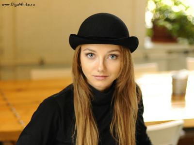 Шляпа котелок - с чем носить? Фото на девушке в пальто и джинсах