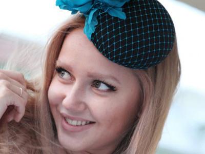 Шляпка-таблетка с вуалью цвета морской волны и бирюзово-голубым цветком
