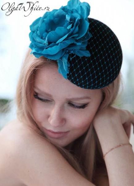 Коктейльная шляпка-таблетка с вуалью и большим голубым цветком