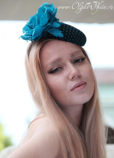 Театральная шляпка-таблетка с вуалью и голубым цветком