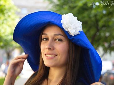 Синяя широкополая шляпа с мягкими удлиненными сзади полями до плеч