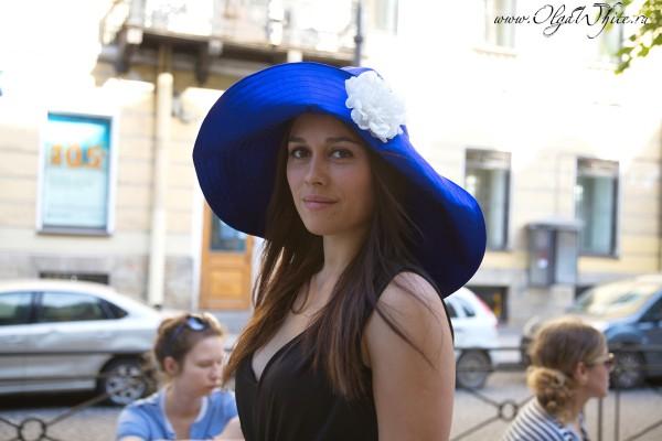 Синяя широкополая шляпа с мягкими полями до плеч и белым цветком