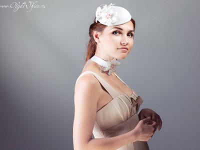 Свадебная шляпка-таблетка с цветами нарциссов