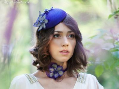 Сиреневая шляпка-таблетка с шелковыми цветами