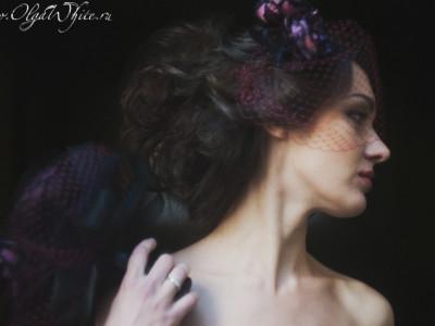 Винно-агатовая вуалетка и букетик шелковых цветов
