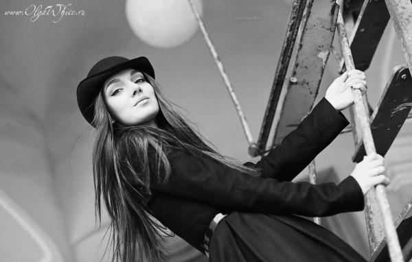 Маленький черный женский котелок с изогнутыми полями