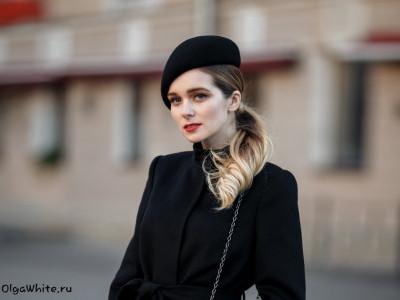 Черный и красный модный берет. Одно пальто одна девушка одна форма берета - два разных образа