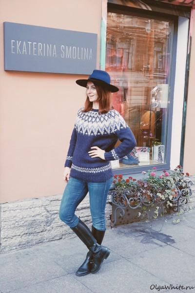 Синяя фетровая широкополая шляпа с прямыми полями на Юлии Каргиновой, директоре Модного Дома Екатерины Смолиной