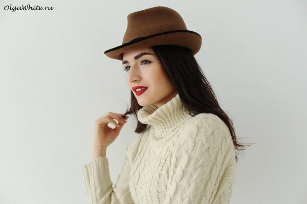 Коричневая шляпа федора с чем носить