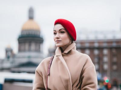 Красный берет женский фетровый. Образы с пальто
