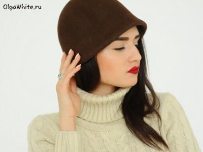 Шоколадно-коричневая шляпка клош с опущенными полями без декора