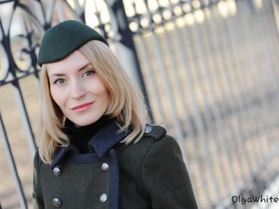 С чем носить зеленую шляпку пилотку цвета хаки. Джинсы, грубые ботинки и пальто-шинель
