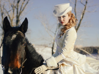 Белый женский цилиндр для верховой езды. Фото наездницы в шляпке амазонке