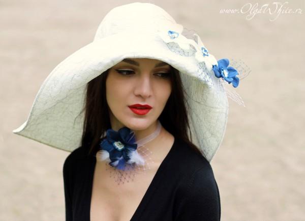 Белая широкополая свадебная шляпка с ниспадающими на плечи полями