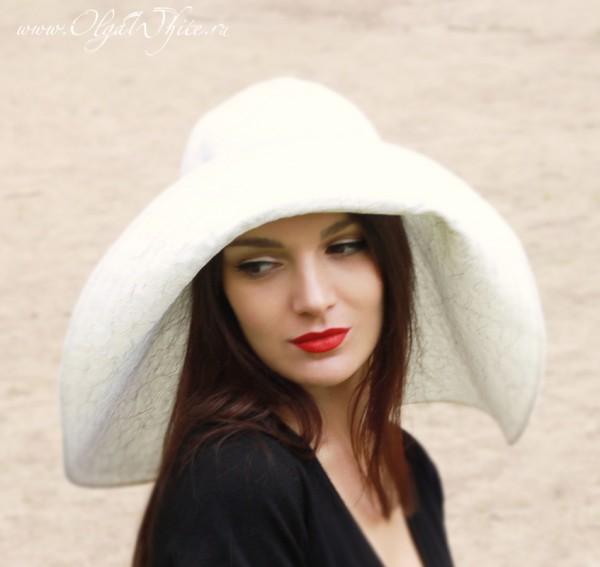Белая свадебная широкополая шляпа с опущенными полями