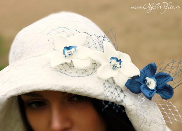 Широкополая свадебная шляпа с длинными сзади полями и синими цветами