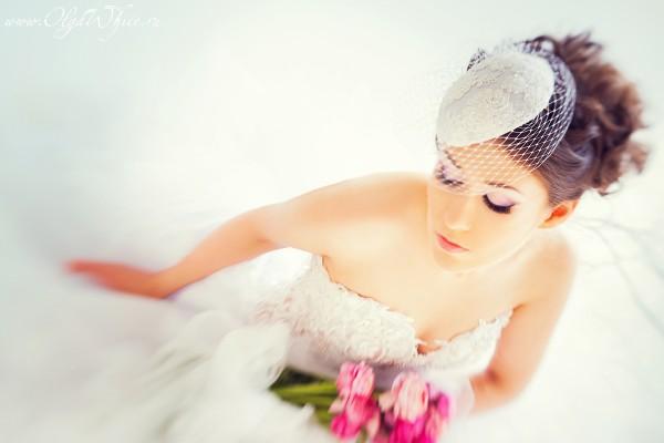 Свадебная кипельно-белая шляпка-таблетка с вуалью и кружевом
