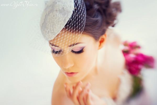 Кипельно-белая маленькая свадебная шляпка с кружевом и вуалью
