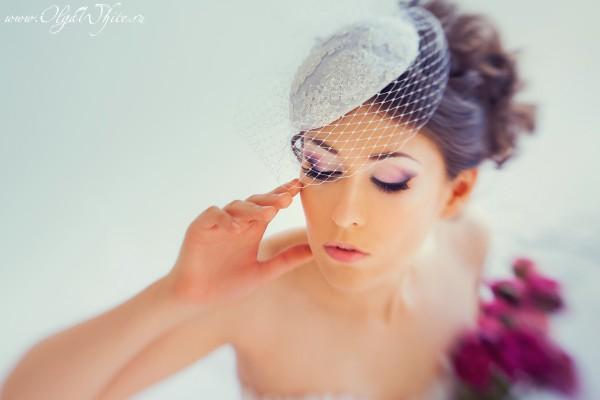 Свадебная белая шляпка-таблетка с кружевом и вуалью на невесте